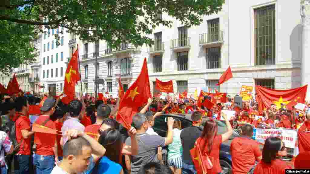 Demonstrasi anti-China di depan di depan Kedutaan Besar China di London (18/5).