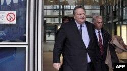 Bộ trưởng Tài chính Hy Lạp Evangelos Venizelos rời trụ sở EU ở Brussels sau cuộc họp, hôm 7/11/11