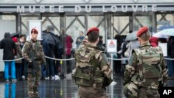 Le Louvre, sous protection militaire, Paris, le 4 février 2017.