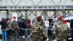 法国军人在卢浮宫外面巡逻(2017年2月4日)