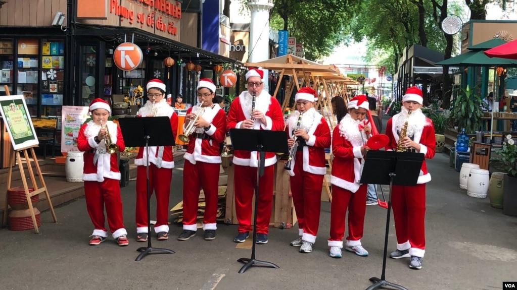 Ban nhạc Santa Claus trình diễn trên con đường mang tên Tổng Giám mục Nguyễn Văn Bình, bên cạnh Bưu Điện TPHCM vào dịp Giáng Sinh 2017.