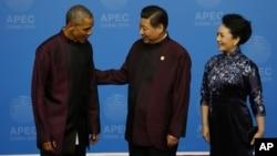 美國總統奧巴馬(左)出席亞太經合組織峰會,與中國國家主席習近平及夫人會面。