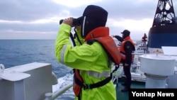 23일 중국 해상수구중심으로부터 중국 어선 사고 소식을 통보받은 제주해양경비안전서 경비함정이 사고 해역 인근에서 실종자를 수색하고 있다.