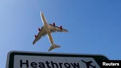 Sebuah pesawat meninggalkan landasan Bandara Heathrow London (Foto: dok)