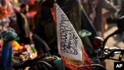ကာဘူးလ္ၿမိဳ႕က ေမာ္ေတာ္ဆုိင္ကယ္တစီးမွာ ခ်ိတ္ဆြဲထားတဲ့ တာလီဘန္ အလံ။ (စက္တင္ဘာ ၂၈၊ ၂၀၂၁)