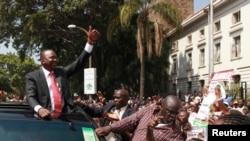 Uhuru Kenyatta piştevanên xwe silav dike