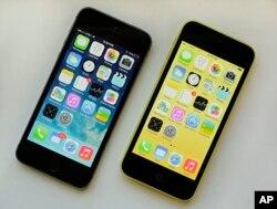 iPhone 5S (左), iPhone 5c (右), 2013年9月17日