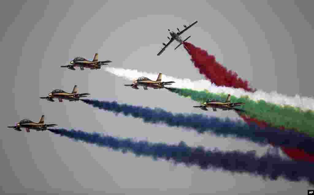 ក្រុមសម្តែងទ័ពអាកាស Al Fursan របស់ទ័ពអកាសរបស់ប្រទេសអេមីរ៉ាតអារ៉ាប់រួមធ្វើការសម្តែងនៅថ្ងៃទី២នៃកម្មវិធី Dubai Air Show ក្នុងប្រទេសអេមីរ៉ាតអារ៉ាប់រួម។