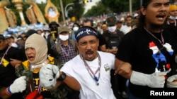 11月25日﹐泰國反政府示威群眾衝擊警察防線。