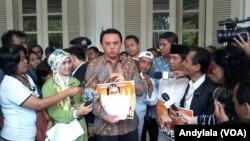 Gubernur DKI Basuki T Purnama (Ahok) mengaku tidak mudah melawan mafia anggaran di DPRD DKI karena ada dukungan partai politik yang pro hak angket, di Balai Kota Jakarta, 3 Maret 2014 (Foto: VOA/Andylala)