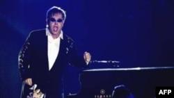 Elton John Baba Oldu
