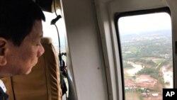 菲律宾总统杜特尔特视察热带风暴启德袭击后的菲律宾中部地区。(2017年12月18日)