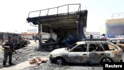 아프가니스탄 동부 잘랄라바드에서 자살폭탄 공격이 있은 후 보안요원들이 현장을 조사하고 있다.
