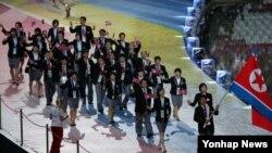 7일 러시아 카잔 아레나 스타디움에서 '2013 카잔 하계 유니버시아드' 개막식에서 북한 선수단이 입장하고 있다.