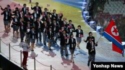 지난해 7월 러시아 카잔 아레나 스타디움에서 열린 '2013 카잔 하계 유니버시아드' 개막식에서 북한 선수단이 입장하고 있다. (자료사진)