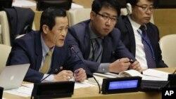 Pejabat Korea Utara, Kim Song (kiri) memberikan keterangan kondisi HAM Korea Utara dalam diskusi di markas PBB bulan lalu (22/10).