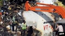 Giới chức Ấn Độ tìm kiếm hộp đen ghi dữ liệu tại hiện trường vụ rớt máy bay ở Mangalore, 24 tháng 5, 2010