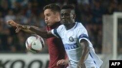 Assane Demoya Gnoukouri du FC Internazionale Milan, à droite, aux prises avec Daniel Holzer de AC Sparta Praha lors du match aller de l'UEFA Europa à Prague, République tchèque, 29 septembre 2016.