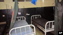 Giường tại một bệnh viện bỏ trống vì y tá và bệnh nhân chạy khỏi bệnh viện do các trường hợp tử vong vì Ebola ở Monrovia, Liberia, 17/10/14