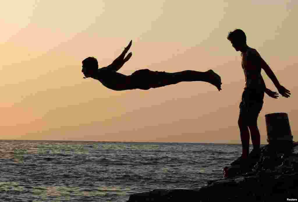 Seorang pria terjun ke laut di Beirut, Lebanon.