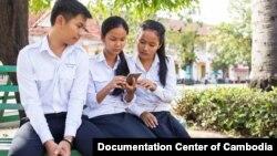 Tiga orang pelajar sedang membahas berita dari sebuah ponsel pintar (foto: ilustrasi).