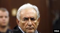 Kepala Dana Moneter Internasional (IMF), Dominique Straus Kahn tampil di pengadilan Manhattan, New York mendengarkan pembacaan dakwaan atas kasus pelecehan seksual (16/5).