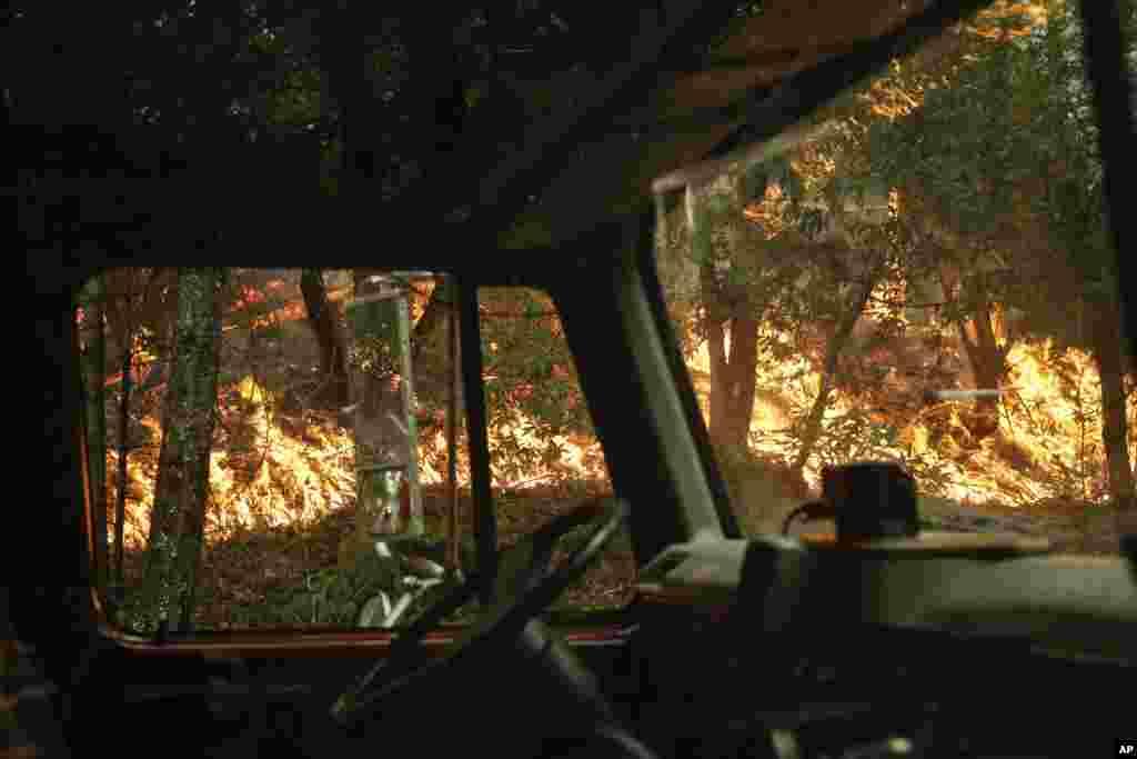 Вид на пожежу вздовж шосе 29 з вікна пожежної машини. 12 жовтня 2017 року, поблизу Калістоґи, Каліфорнія.Калістоґа - місто у винному регіоні долини Напа.