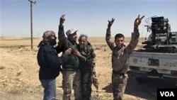 Rebeldes libios celebran en las afueras de Brega tras atacar a las fuerzas de Gadhafi, ahora el líder libio pide a Obama detener los ataques de la OTAN.
