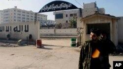 시리아 알레포의 반군이 8일 알카에다 연계 조직인 '이라크-레반트 이슬람국가(ISIL)'의 근거지를 장악했다고 주장했다. 사진은 ISIL 본부 입구.