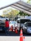 """Ljudi čekaju u automobilima na vakcinaciju protiv Covida tokom jednodnevnog """"Vaxathona"""" u Aucklandu, Novi Zeland, 16. oktobar 2021. godine."""