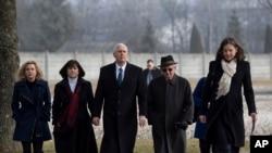 Wapres AS Mike Pence (tengah) didampingi istrinya, Karen (dua dari kiri) dan putri mereka Charlotte (kiri) bersama penyintas Holocaust, Abba Naor (dua dari kanan) saat mengunjungi bekas kamp konsentrasi Nazi di Dachau dekat Munich, Jerman selatan, 19 Feruari 2017. (Sven Hoppe/pool photo via AP).