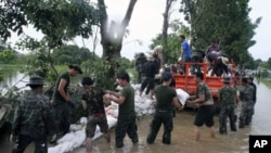Thai soldiers pile up sandbags to make a flood barrier in Pathumthani province, central Thailand, Oct. 11, 2011.