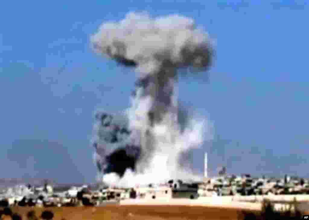 15일 시리아 정부군의 전투기 폭격으로 인해 화염이 쏟는 이들립 지역. 16일 샴뉴스네트워크가 공개한 영상 자료.