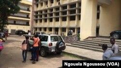 Quelques étudiants devant un bâtiment de l'université Marien Ngouabi à Brazzaville, Congo, 19 janvier 2017. (VOA/Ngouela Ngoussou)