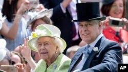 Pangeran Andrew dan Ratu Elizabeth saat menghadiri Royal Ascot di Ascot Racecourst, Berkshire, Inggris, 22 Juni 2019.
