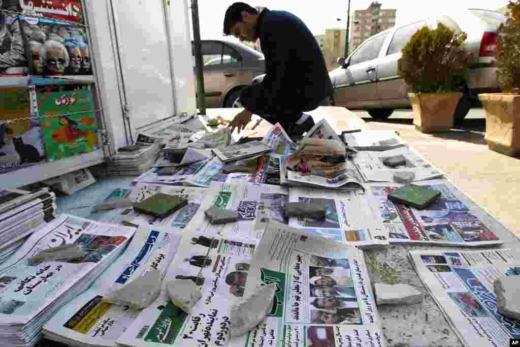 A man looks at newspapers at a news stand in Tehran, March 4, 2012. (Reuters)