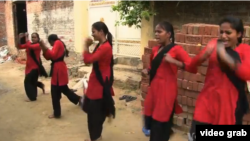 Pasukan merah di India untuk melawan kekerasan seksual. (VOA)