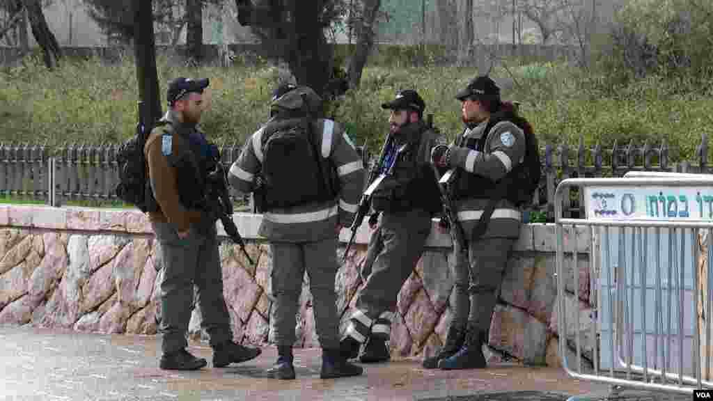 تدارکات امنیتی قبل از برگزاری نشست جهانی هولوکاست با حضور بیش از چهل رهبر جهان در اورشلیم. این بزرگترین نشست در چنین سطحی در شهر اورشلیم اسرائیل است.