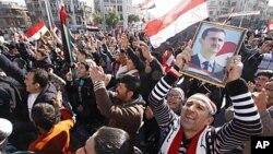支持敘利亞政府的示威者星期五在大馬士革呼喊支持總統阿薩德的口號