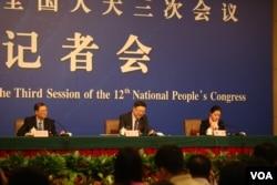 环保部长陈吉宁在记者会上称,解决中国环保问题不能操之过急(2015年3月7日,美国之音东方拍摄)