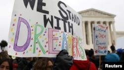 Para pendukung program DACA melakukan aksi unjuk rasa di depan gedung Mahkamah Agung AS di Washington DC.