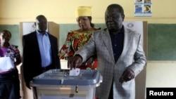 16일 짐바브웨 하라레의 투표소에서 헌법 투표 중인 모건 창기라이 총리 (자료사진)