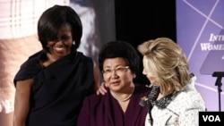 Presiden Kirgistan Roza Otunbayeva menerima penghargaan, diapit Ibu Negara Michelle Obama (kiri) dan Menlu AS Hillary Clinton.