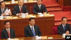 前排中共領導人出席北京召開的兩會,從左至右:賀國強,習近平,溫家寶