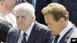 Sargent Shriver (l) and Arnold Schwarzenegger in 2009.
