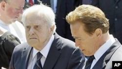 Sargent Shriver (l) and Arnold Schwarzenegger in 2009.