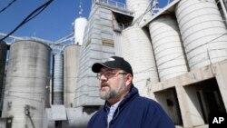 一名美國糧食商人站在俄亥俄州凱勒穀物與飼料公司的糧食大豆儲藏罐前接受採訪。(2018年4月5日)