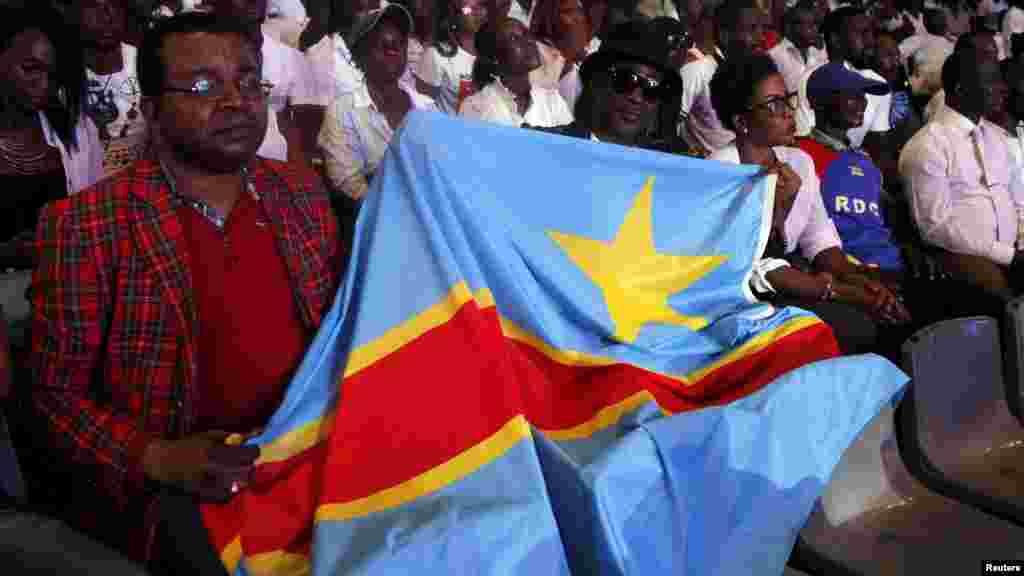 Un fan du musicien congolais Papa Wemba, avec le drapeau Ivoiriens à Abidjan, le 27 avril 2016.