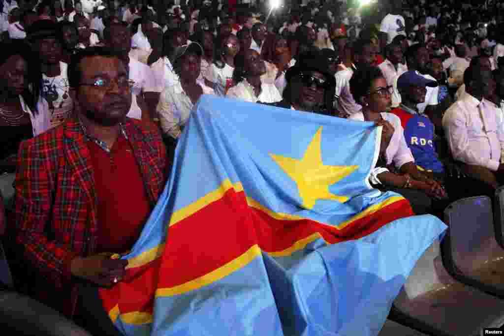 MERCREDI.Des milliers de Congolais ont rendu un dernier hommage à leur idole, le chanteur Papa Wemba, lors d'une messe en la cathédrale de Kinshasa avant son inhumation dans la périphérie de la capitale. LIRE L'ARTICLE ICI.
