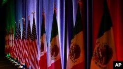 Bendera Kanada, Amerika Serikat dan Meksiko di panggung sebelum konferensi pers dimulainya renegosiasi NAFTA di Washington, 16 Agustus 2017. (Foto:dok)